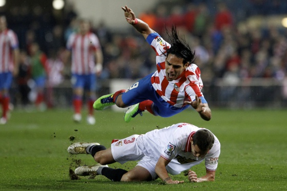 Falcao cae ante Navarro, en la goleada al Sevilla.