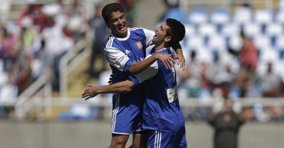 Bebeto y Djokovic se abrazan durante una exhibición en Brasil.