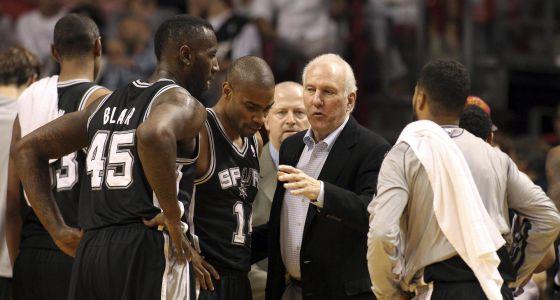 Popovich habla con su equipo durante el partido contra Miami.
