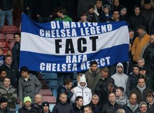 Los seguidores del Chelsea exhiben una pancarta en contra de Benítez.