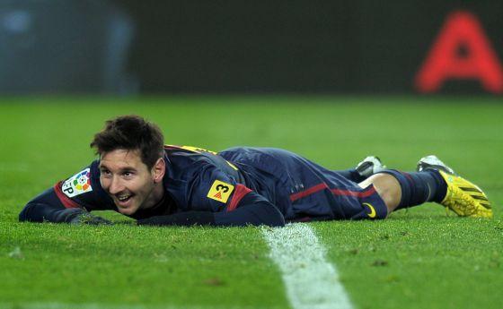 Messi sonríe durante el duelo ante el Athletic.