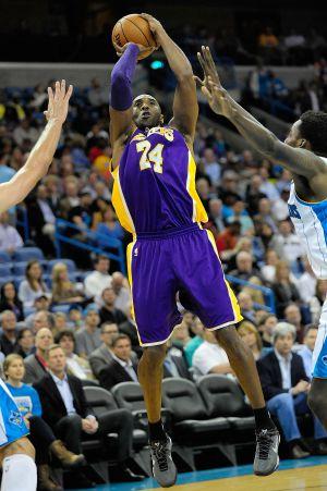 Kobe lanza a canasta.