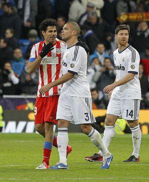 Diego Costa charla con Pepe durante el último Real Madrid-Atlético