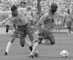 Milla se marcha del brasileño Jorginho durante un partido del Mundial 1994.
