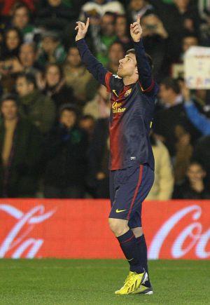 Messi mira al cielo tras marcar uno de sus dos goles al Betis