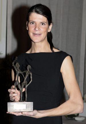 """Ruth Beitia posa tras recibir el trofeo José Luis Alonso """"al atleta español del año""""."""