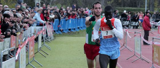 Fernández señala la meta al keniano Mutai.