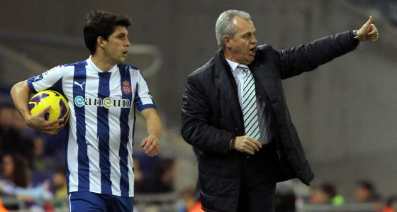 Aguirre da unas indicaciones Javi López ante el Sevilla.