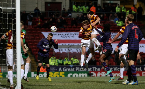 Vermaelen remata durante le duelo ante el Bradford City.
