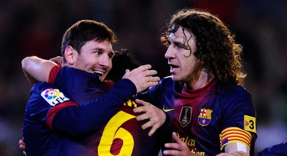 Messi celebra un gol al Betis con Xavi y Puyol.