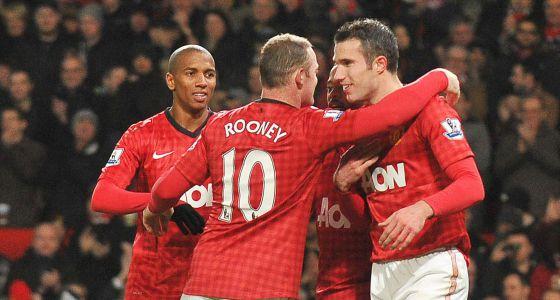 Rooney celebra un gol con Van Persie.