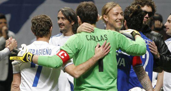 Casillas, abrazado ayer por Butragueño y Guti.