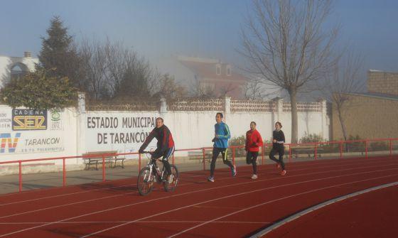 Casado se entrena en Tarancón siguiendo el ritmo que le marcan en bicicleta.