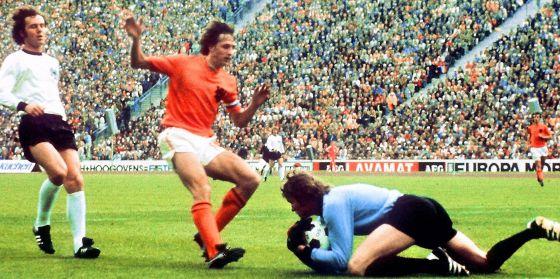 Beckenbauer persigue a Cruyff en un partido del Mundial de 1974.