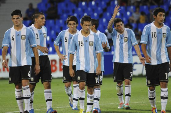 Los jugadores de la sub-20 se retiran del campo en el partido contra Colombia del Sudamericano.