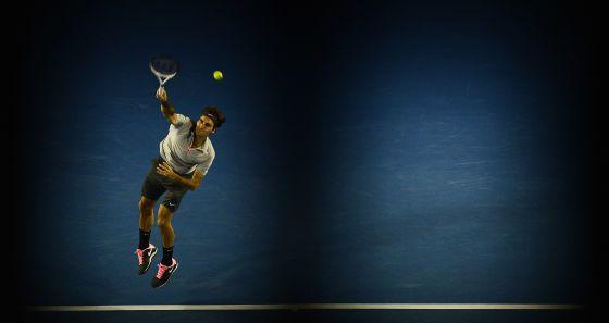 Federer ejecuta un saque ante Raonic.