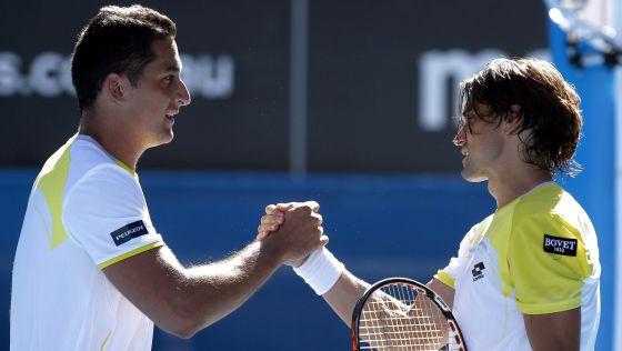 Almagro y Ferrer se saludan tras el partido.