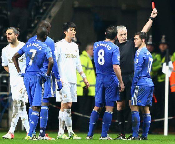 El árbitro expulsa a Hazard tras su patada al recogepelotas