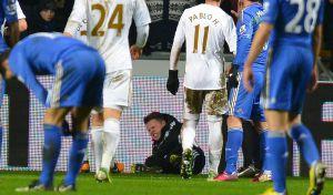 El recogepelotas del Swansea tras la patada