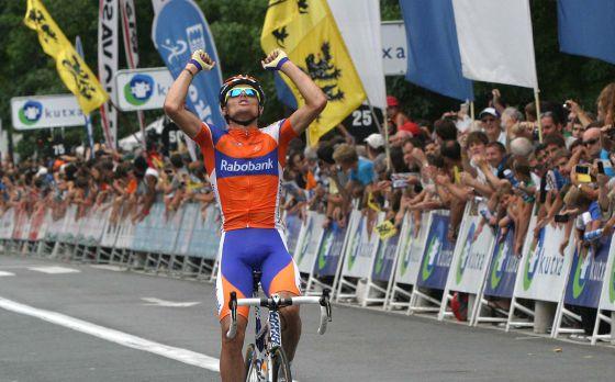 Luis León Sánchez cruza vencedor la meta ce la carrera de ciclismo Clásica de San Sebastián.