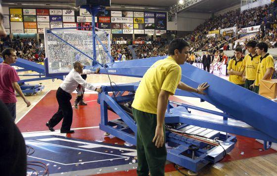 HANGA ROMPE EL TABLERO. En un ataque del Manresa, el húngaro Adam Hanga machacó el aro con las dos manos y el tablero se resquebrajó. El partido se paró 35 minutos hasta cambiar la canasta.