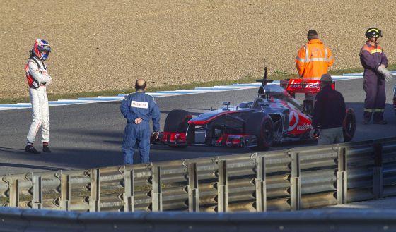 Button observa su monoplaza averiado en Jerez.
