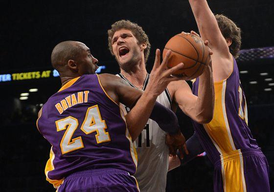 Kobe Bryant y Pau Gasol defienden a Brook Lopez