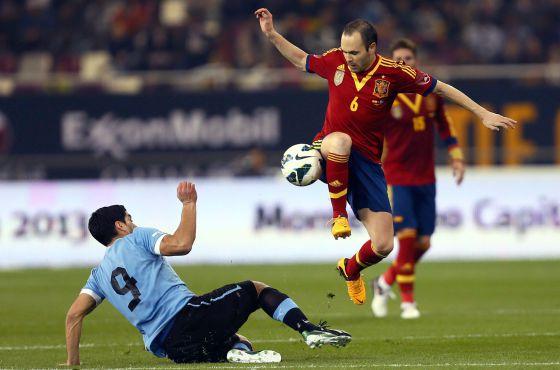 Iniesta regatea a Luis Suárez.
