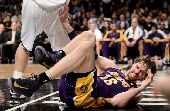Gasol se lamenta tras lesionarse ante los Nets.