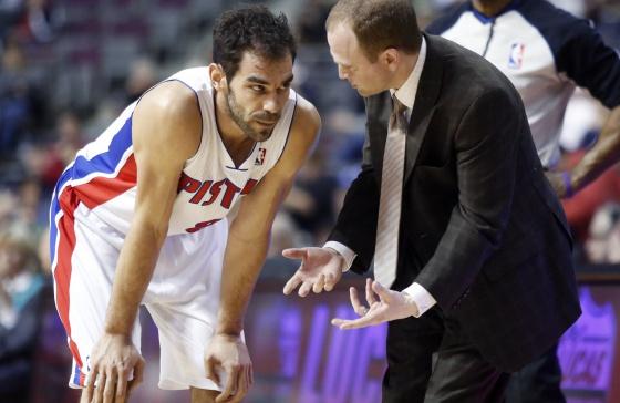 Calderón habla con Frank, entrenador de los Pistons.