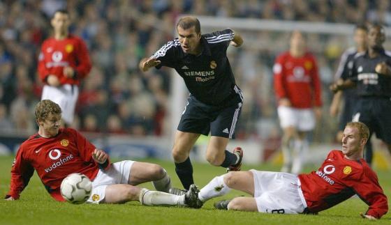 Zidane sortea a Sojskaer y Butt en un duelo de 2003 en Old Trafford.