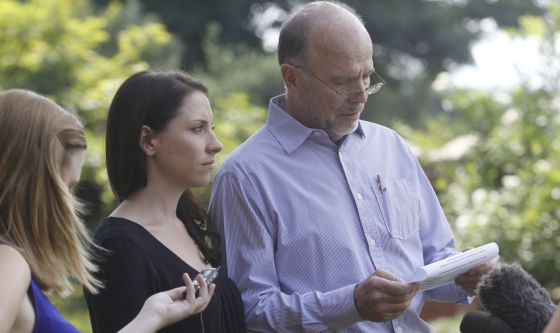 La hermana y el tío de Pistorius leen un comunicado.