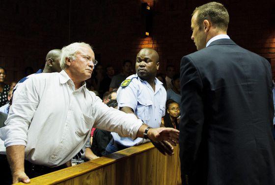 Pistorius observa a su padre, durante la vista con el juez.