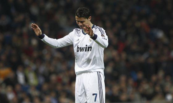 Cristiano agradece una ovación del Bernabéu.