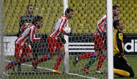 Falcao, Adrián y Mario Suárez, tras el gol de Falcao.