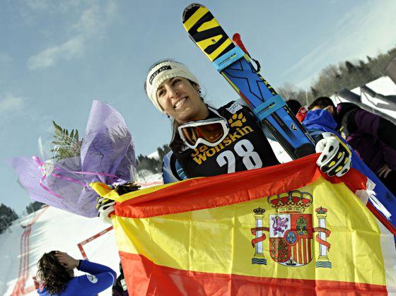 Carolina Ruiz, con la bandera española.