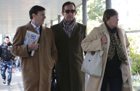 Eufemiano Fuentes junto a su hermana Yolanda y el abogado de esta a la llegada al juzgado.