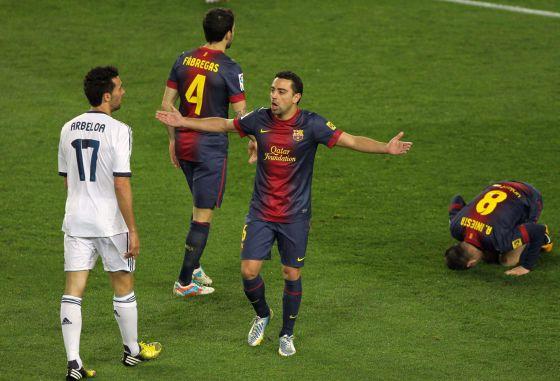 Xavi se queja ante Arbeloa, Cesc e Iniesta.