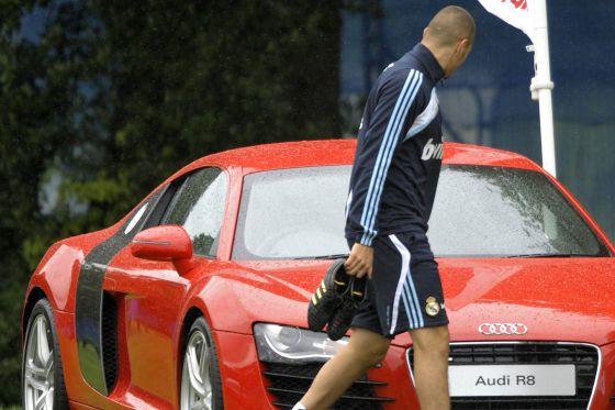 Benzema observa un deportivo en una pretemporada en Dublín en 2009.