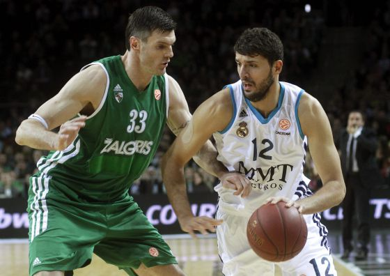 Mirotic intenta superar a Ksistof Lavrinovic