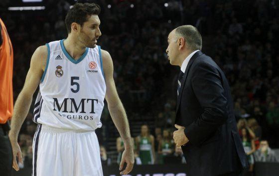 Rudy conversa con Pablo Laso durante el partido de Kaunas. **