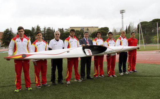 El Secretario de Estado para el Deporte, Miguel Cardenal (de traje), junto a los integrantes del equipo nacional sub-23 de piragüismo