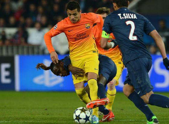Alexis mantiene el balón ante Matuidi y Silva.