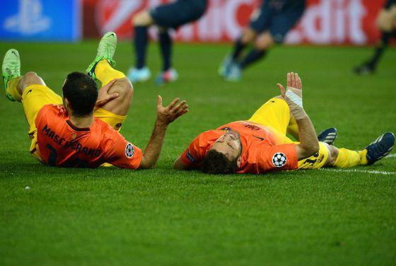 Mascherano y Jordi Alba en el suelo tras su encontronazo.