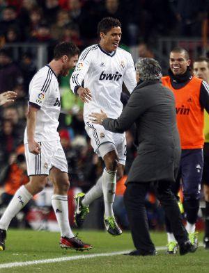 Varane celebra con Mourinho su gol al Barça en semifinales de la Copa