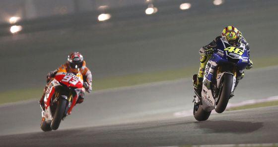 Marquez detras de Rossi durante la carrera.