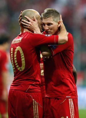 Robben celebra con Schweinsteiger el tercer gol del Bayern.