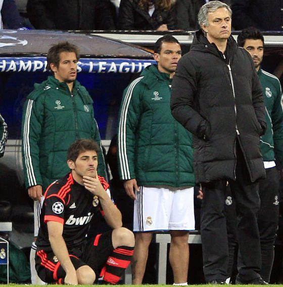 Casillas y Mourinho, en primer término, Coentrão, Pepe y Albiol durante el partido.