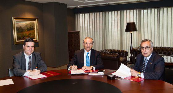 De izquierda a derecha, Miguel Cardenal (presidente del CSD), Isidro Fainé (presidente de La Caixa) y Alejandro Blanco (presidente del COE).