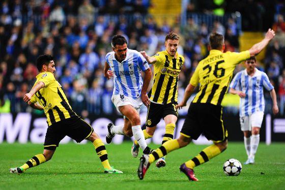 Toulalan trata de zafarse de varios jugadores del Borussia.